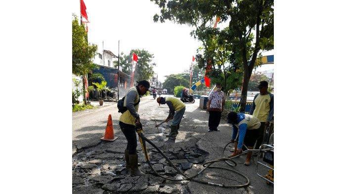 Pemkot Tangerang Mulai Percantik Jalan yang Rusak Berat