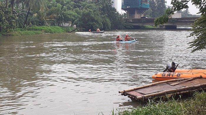 Pencarian Pengendara Motor Tenggelam di Kali Bekasi Terkendala Cuaca
