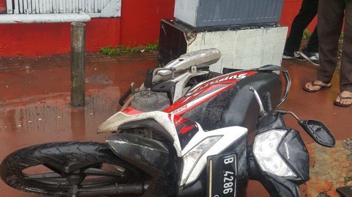 Menembus Banjir, Pemotor Tewas Terperosok Menabrak Trotoar di Harmoni