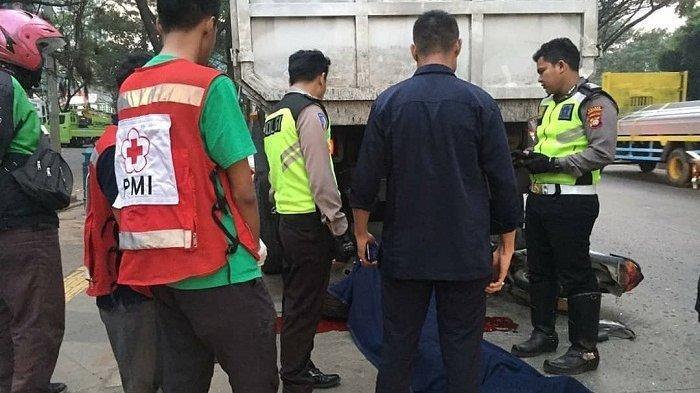 Seruduk Truk Parkir di Pinggir Jalan Widya Tekno Boulevard, Pengendara Motor Tewas Seketika