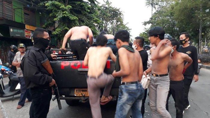 Delapan pemuda yang tawuran di Jalan Tubagus Angke, Jelambar, Grogol Petamburan, Jakart Barat, Minggu (13/9/2020), diamankan petugas.
