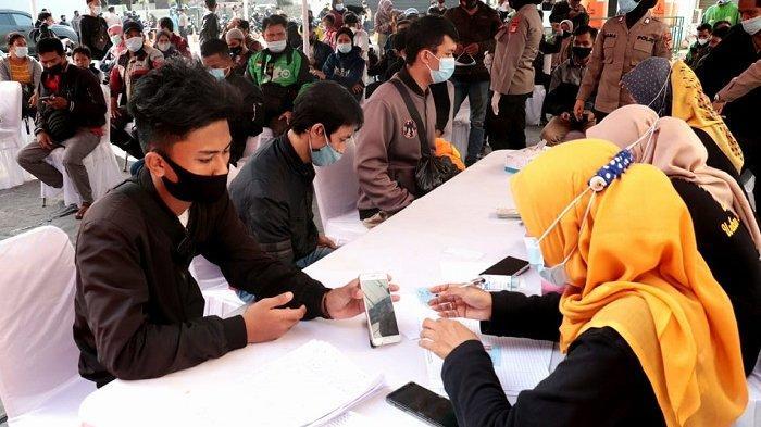 Sejumlah pemudik sedang menjalani swab test antigen Covid-19 di Jalur Arteri Kabupaten Bekasi atau di perbatasan Kabupaten Karawang dan Bekasi, Kamis (20/5/2021). Hasilnya ditemukan 10 pemudik positif Covid-19.