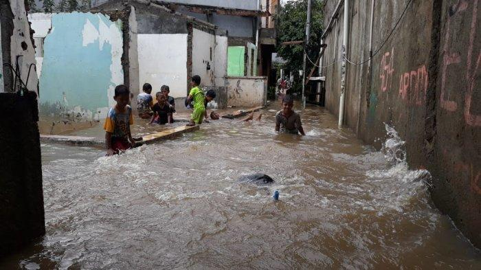 Saluran Phb Sulaiman Meluap, Pemukiman Warga di Cipinang Melayu Terendam Banjir Hingga Satu Meter