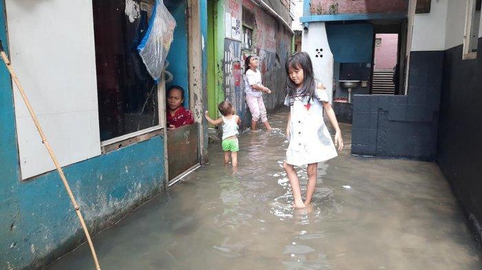 Banjir Tidak Kunjung Surut, Sarti dan Anaknya Hidup Sudah Tiga Hari di Atas Air, Berikut Kisahnya