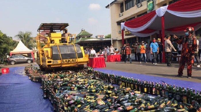 Wujudkan Ketentraman Warga di Bulan Ramadan, Belasan Ribu Botol Minuman Keras Dimusnahkan