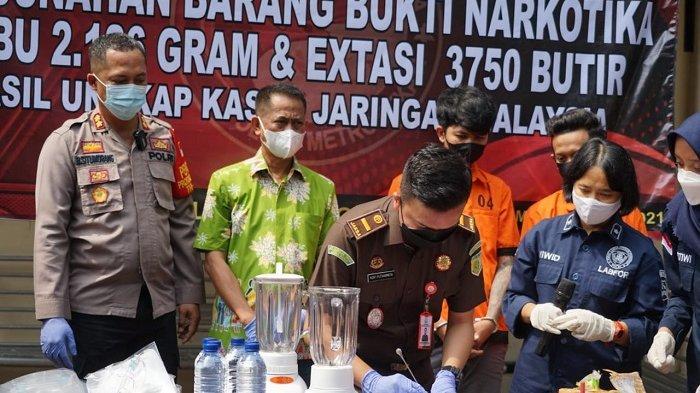 Pemusnahan barang bukti narkoba jenis sabu dan pil ekstasi oleh Polres Metro Bekasi, Sabtu (1/5/2021). Pemusnahan narkoba ini menggunakan cara diblender, kemudian dilarutkan dengan air, dan dibuang.