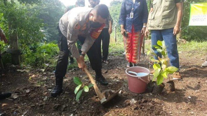 Peringati Hari Lingkungan Hidup, Jajaran Polsek Pancoran Hijaukan Bantaran Kali Ciliwung