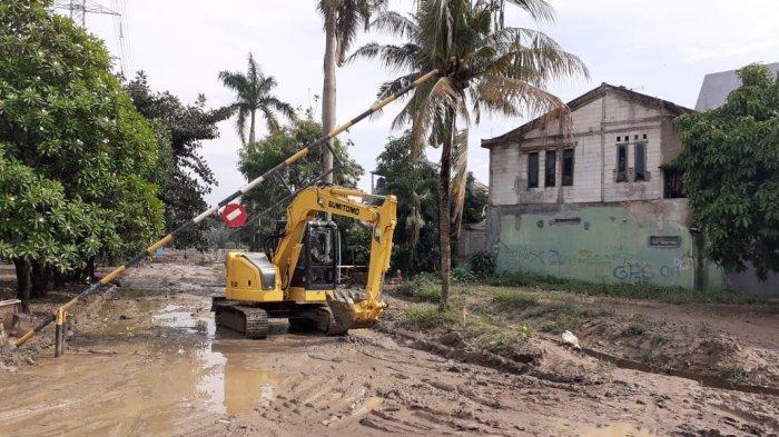 VIDEO: Pemkot Bekasi Mulai Tangani Lumpur Banjir di Perumahan Pondok Mitra Lestari
