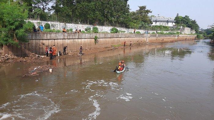Penyelam Basarnas Dikerahkan untuk Mencari Bocah Tenggelam Kali Pesanggarahan Kebon Jeruk