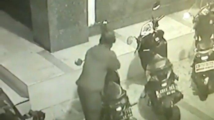 Pencuri Motor di Masjid Al Barokah Lubang Buaya, Terekam CCTV