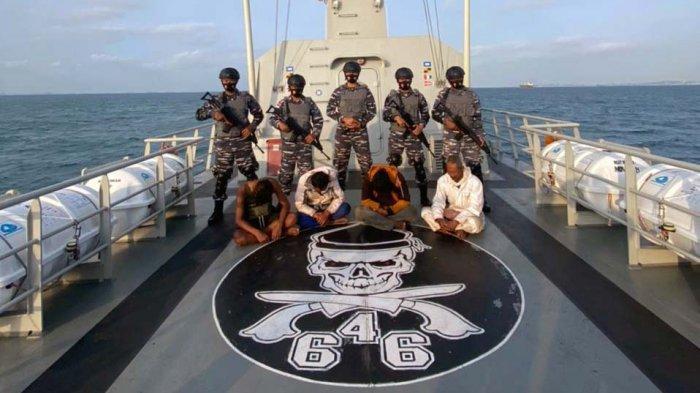 Kapal Perang KRI Siwar-646 Tangkap Perompak Tongkang di Selat Singapura