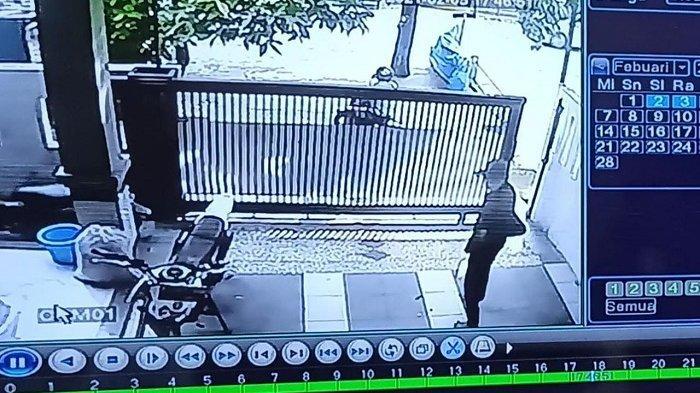 Pencurian Motor di Garasi Rumah di Cilincing Terekam CCTV, Pelakunya 2  Orang
