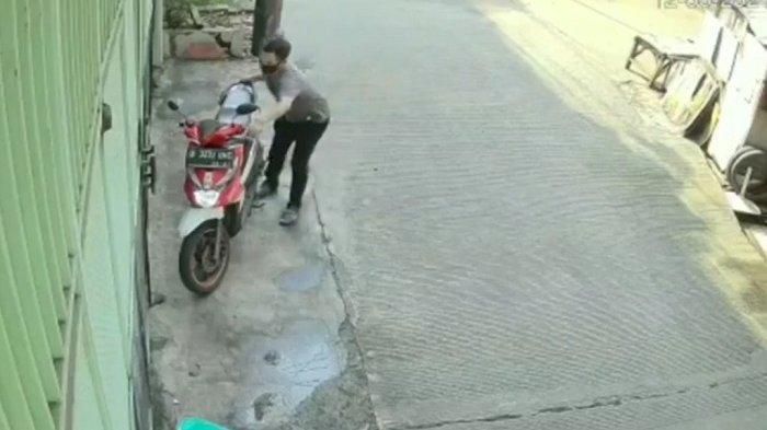 Aksi Pencurian Motor Secepat Kilat Terjadi di Depan Rumah di Tamansari Terekam CCTV