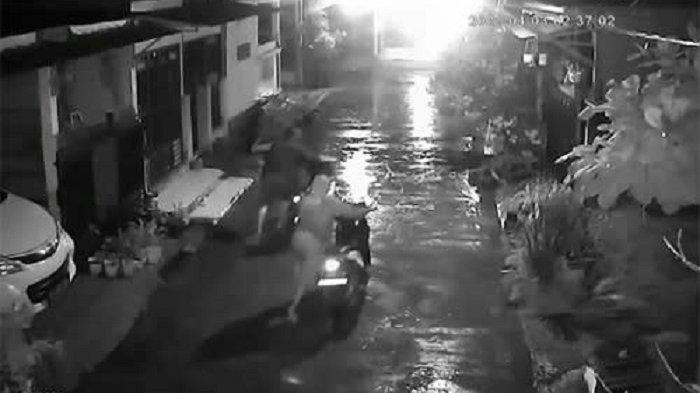 Aksi Pencurian Motor di Perum Puri Nirwana Bekasi Terekam CCTV, 2 Sepeda Motor Raib