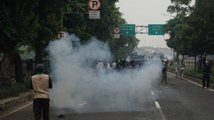 Massa pendukung Rizieq Shihab berjalan di Kawasan Jalan I Gusti Ngurah Rai saat akan menuju Pengadilan Negeri (PN) Jakarta Timur, Kamis (24/6/2021). Massa pendukung tersebut akan menghadiri sidang pembacaan vonis kasus penyebaran kabar bohong tes swab Covid-19 di Rumah Sakit Ummi, Bogor.