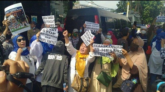 Diancam Bakal Dites Swab Massal, Emak-emak Pendukung Rizieq Shihab Tinggalkan PN Jakarta Timur