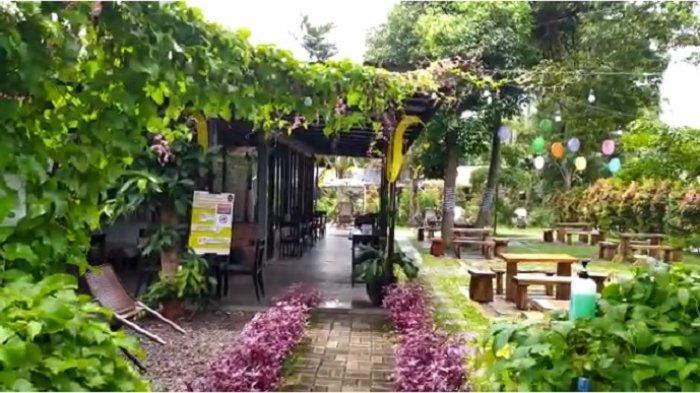 Protokol kesehatan diterapkan dengan cukup baik di Kopi Kebun, di kawasan Ciputat, Tangerang Selatan. Salah satu diantaranya adalah jarak antarmeja pada setiap pengunjung cukup luas sehingga tidak berdesakan.