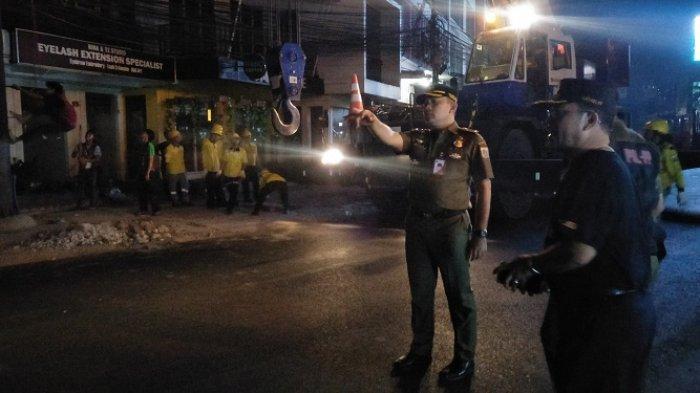 Selasa Dini Hari Satpol PP DKI Jakarta Tebang Papan Reklame Raksasa di Kawasan Kemang