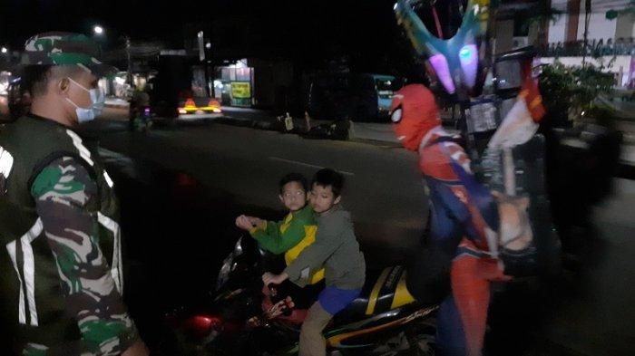 VIDEO Tahun Baru Tak Temukan Keramaian, Pengamen Berkostum Super Hero Ngamuk di Gedung Juang Tambun