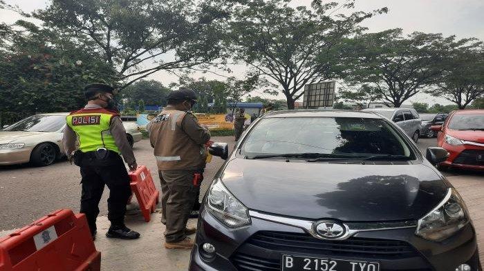 Pengawas Operasi Pospam Sentul melakukan operasi penyekatan di Tol Sirkuit Sentul, Kabupaten Bogor. Ratusan kendaraan terjaring dalam operasi tersebut.