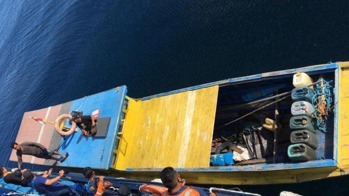 Badan Narkotika Nasional (BNN) menggerebek kapal kayu di Selat Malaka, Selasa (19/1/2021). Dari penggerebekan berhasil disita 42,4 kg sabu dalam 40 bungkus kemasan warna hijau yang dimasukkan ke dalam 3 karung dan diamankan 3 tersangka.