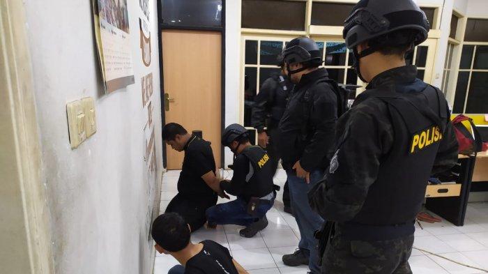 VIDEO: Polisi Grebek Rumah Di Pulomas Terkait Pembebasan dan Penyekapan Satu Orang Warga