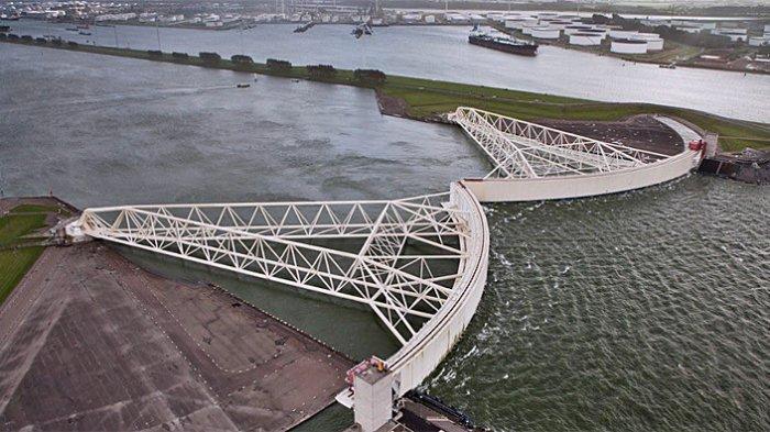 Maeslant Storm Surge Barrier teknologi di Belanda untuk meredam banjir ke pemukiman