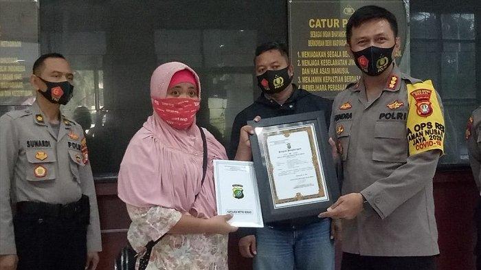 Emak-emak Pengendara Ojek Onlinel Lawan Aksi Begal Motor Terima Penghargaan dari Polisi