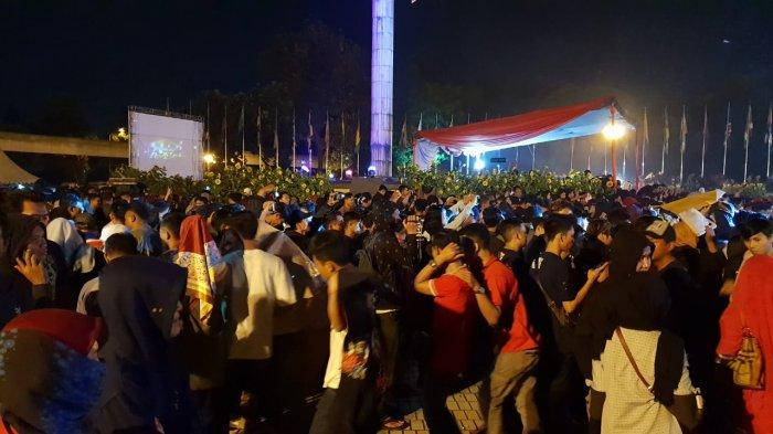 Puluhan Ribu Pengunjung Rela Diguyur Hujan Sambil Rayakan Tahun Baru 2019 di TMII