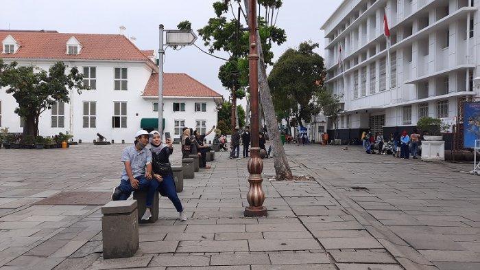 Pengunjung kawasan Kota Tua tampak sedang berswafoto di depan Museum Fatahillah Tamansari, Jakarta Barat.
