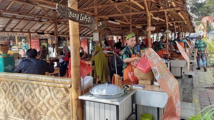 Pengunjung Lahap Santap Kuliner Legendaris Tangerang