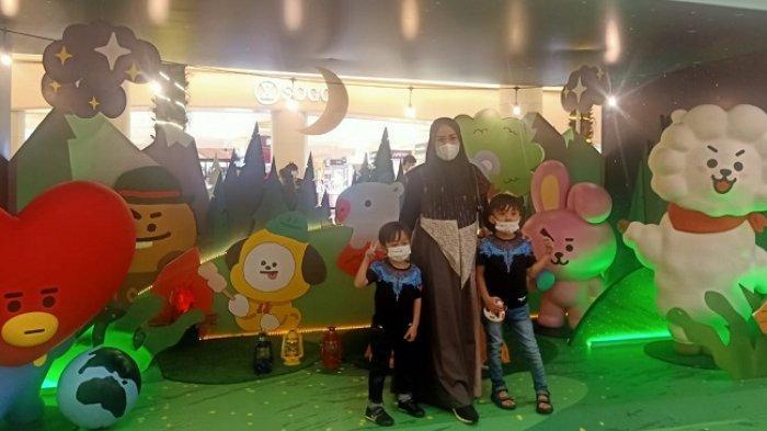 Pengunjung Mal Kota Kasablanka antusias berfoto bersama karakter Line Friend