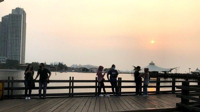 Pengunjung Taman Impian Jaya Ancol sedang menikmati suasana pantai, Sabtu (12/09/2020).