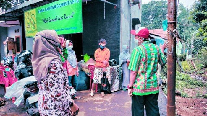 Penimbangan perdana di Bank Sampah Rambutan