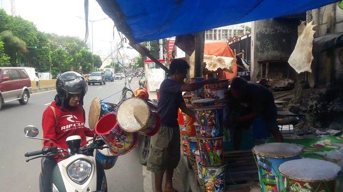 Virus Corona, Penjual Bedug Musiman di Tanah Abang Mengeluh Sepi Pembeli Jelang Hari Raya Idul Fitri