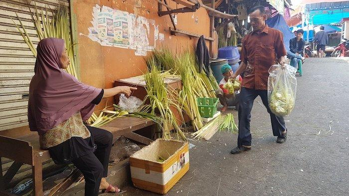 Harga Kulit Ketupat Setelah Lebaran di Kota Bekasi Naik Dua Kali Lipat