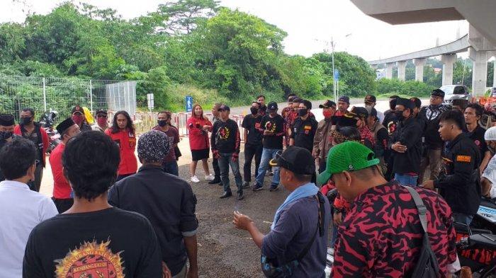 Akses ke Masjid Ditutup Petugas, Ratusan Warga dan Ormas Geruduk Park and Ride MRT Lebak Bulus