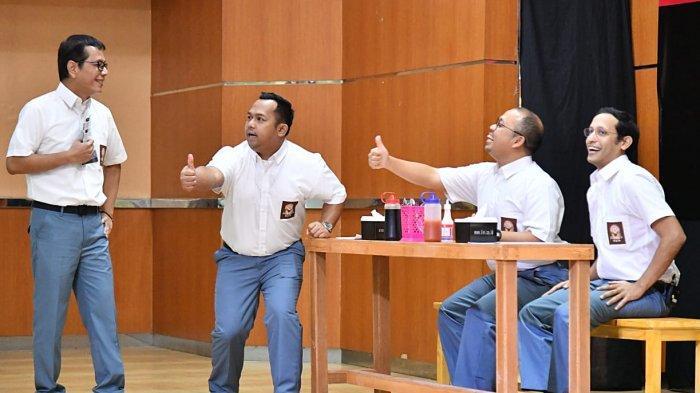 Bedu (kedua dari kiri) sedang bersama Menteri Pendidikan dan Kebudayaan (Mendikbud) Nadiem Anwar Makarim dan mantan Menteri Pariwisata dan Ekonomi Kreatif Wishnutama Kusabandio ketika bermain lenong bersama dan Sogy Indraduadja dalam pertunjukan di di SMK Negeri 57, Jakarta, Senin (9/12/2019).