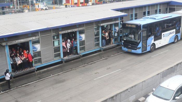 VIDEO: Transjakarta Busway Dibatasi, Penumpang Membeludak di Halte Harmoni