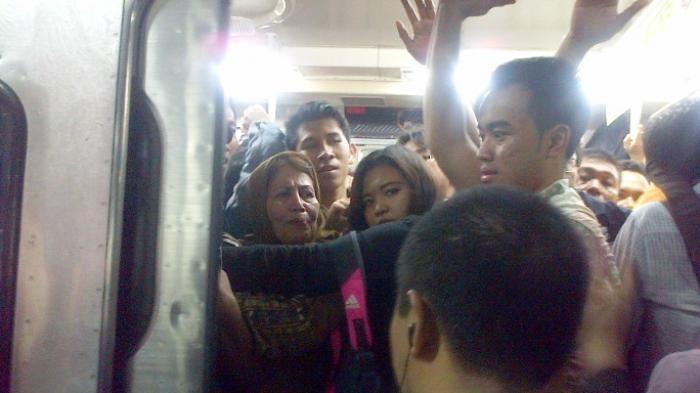 Terjadi Penumpukan Penumpang Dampak Commuter Line Anjlok di Manggarai