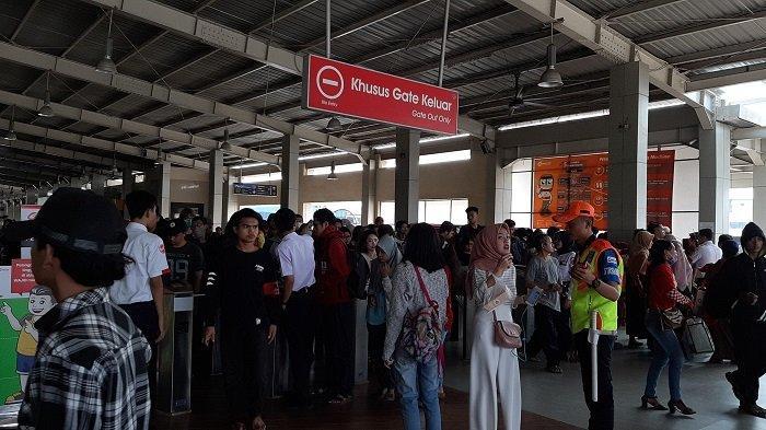 Banyak Penumpang KRL Kecele, Kereta Cuma Sampai Kebayoran Lama - penumpang-di-stasiun-kebayoran-lama.jpg