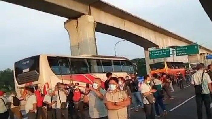 VIRAL Video Bus Karyawan Menumpuk Terkena Penyekatan di Tol Jakarta Cikampek KM 31