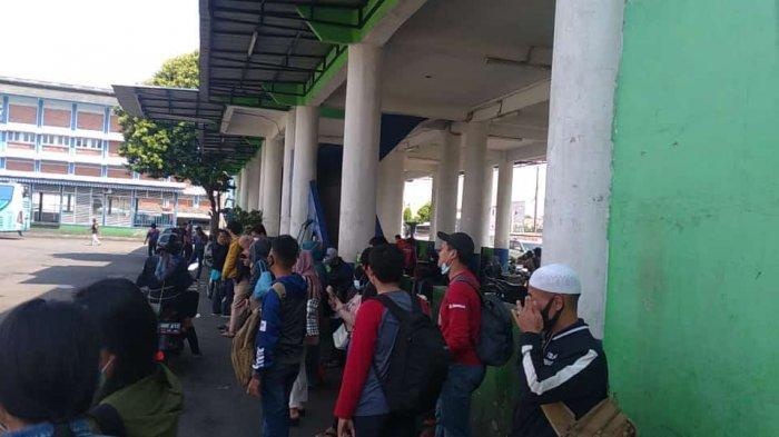 Libur Panjang Dimanfaaatkan untuk Keluar Kota, Calon Penumpang Bus Terpaksa Antre di Terminal Bekasi