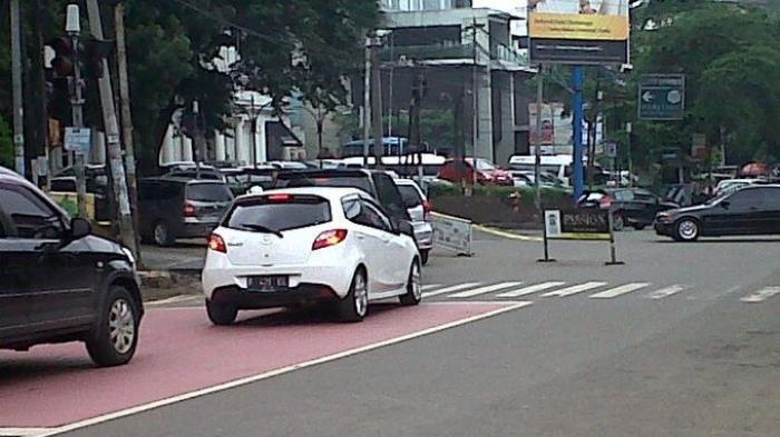 Sebagian besar Kota Bandung akan dilakukan penutupan sejumlah ruas jalan mulai Kamis 17 Juni 2021. Salah satunya Jalan Riau yang penuh dengan fashion dan kuliner