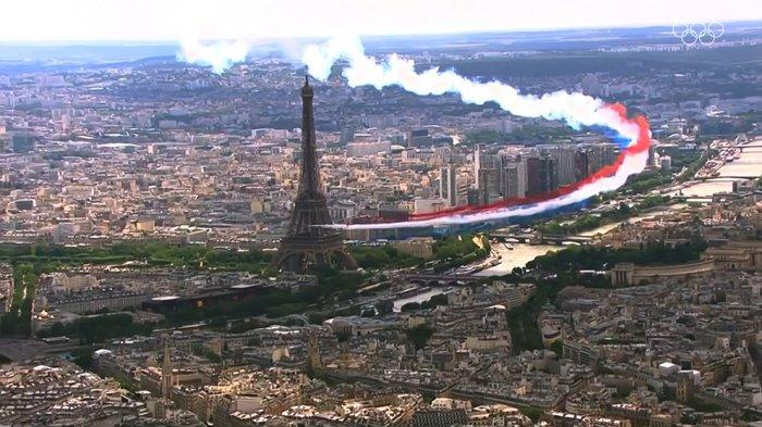 Pesawat tempur Prancis terbang dekat menara Eiffel mengeluarkan asap melambangkan bendera Prancis menandakan resminya Kota Paris sebagai penyelenggara Olimpiade 2024 mendatang