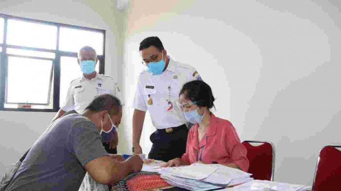 Penyaluran Perdana BTS di Jakarta Timur, Anies Ingatkan untuk Bijak Gunakan Bantuan