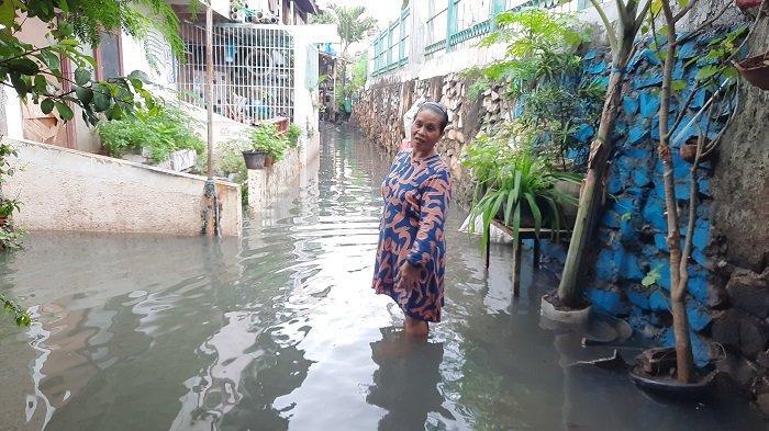 Camat Kebon Jeruk Saumun mengungkapkan penyebab RW 08 Kedoya Utara, Kebon Jeruk, Jakarta Barat selalu terendam banjir setiap kali musim hujan datang.