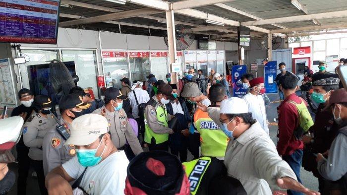 VIDEO: Polsek Bekasi Utara Cegat Puluhan Pelajar yang Diduga Mau Demo ke Jakarta di Stasiun Bekasi
