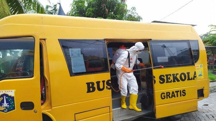 PMI Sterilisasi Bus Sekolah yang Angkut Petugas Medis Penanganan Virus Corona