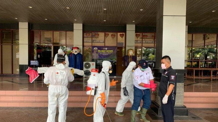 VIDEO: Area Gedung Bersama Samsat Jakarta Utara dan Jakarta Pusat Disemprot Disinfektan